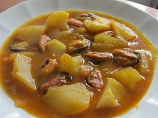 Patatas con mejillones y frutos secos picados