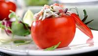 Tomates rellenos de gulas y langostinos