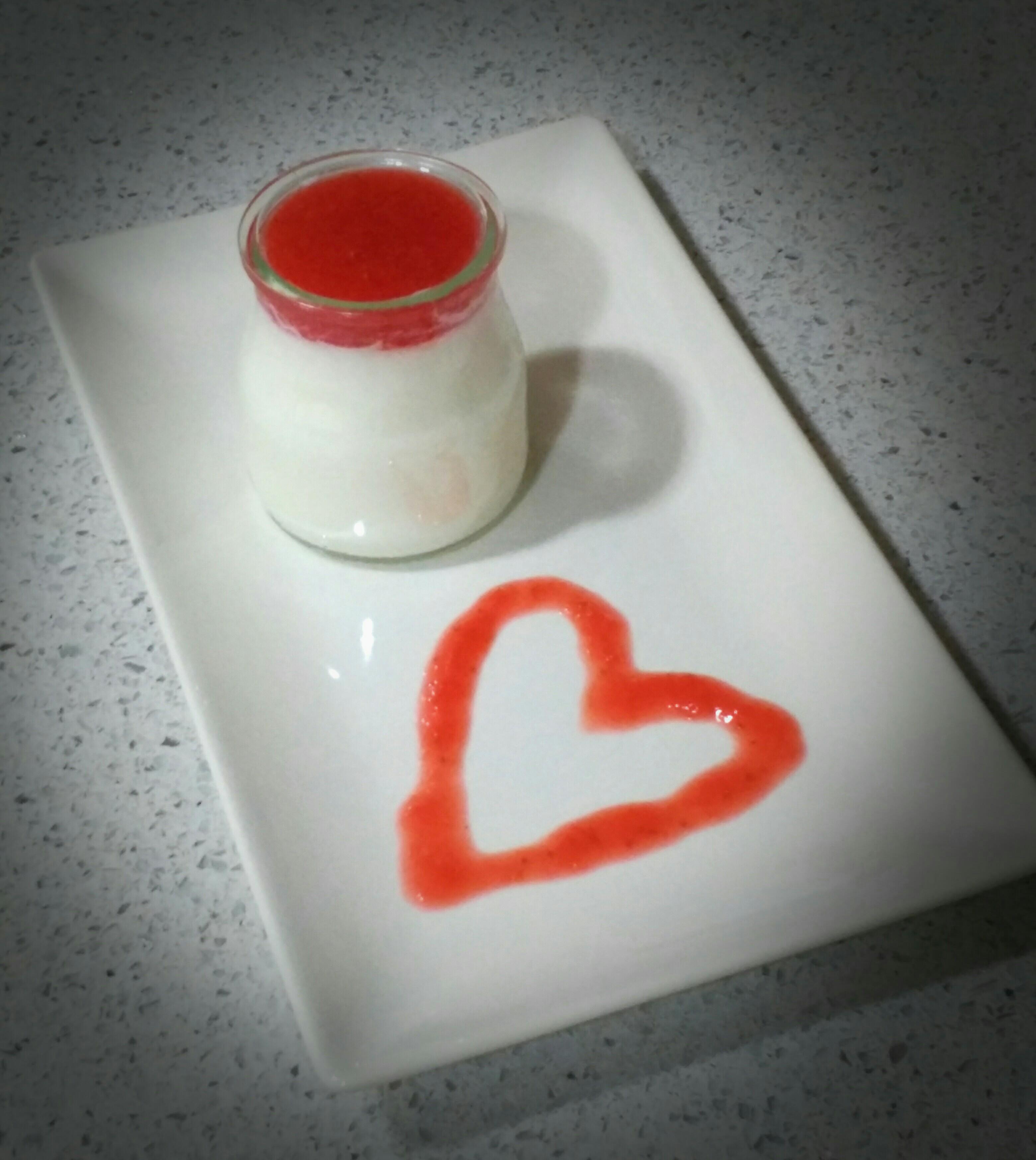Yogur de leche condensada y salsa de fresas