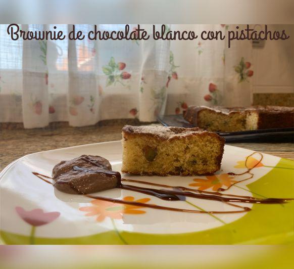 Browmie de chocolate blanco con pistachos