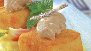 Leche frita rebozada con helado de canela y salsa inglesa